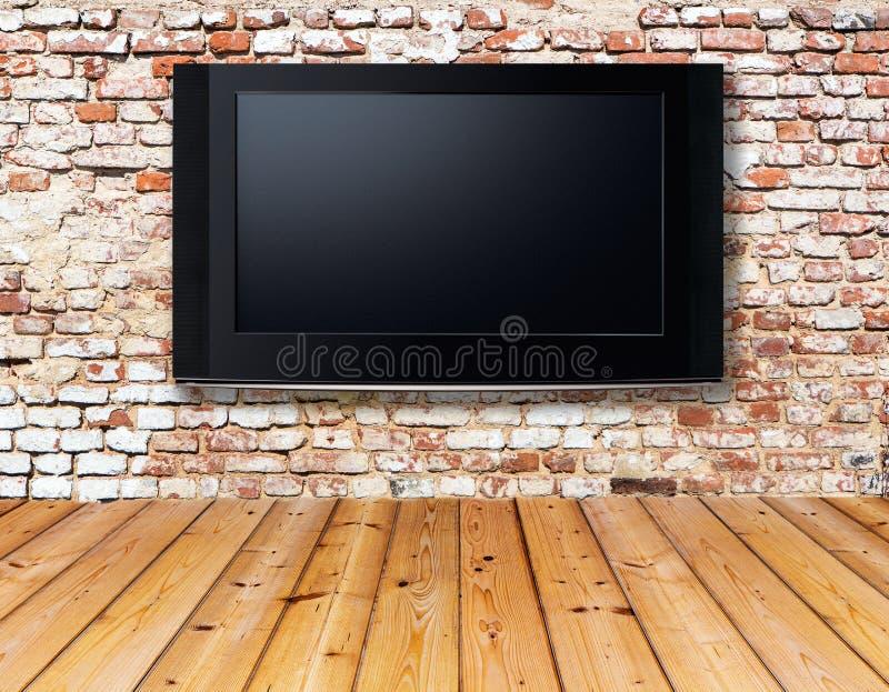 Televisore su una vecchia parete immagini stock