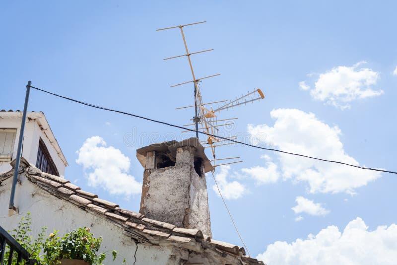 Telewizyjna antena na dachu stary dom zdjęcia stock