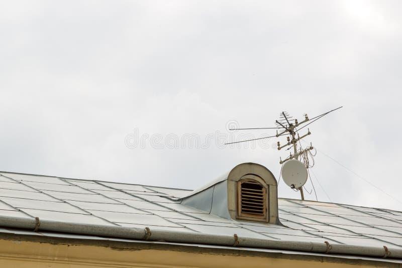 Telewizyjna antena nad dachem stary dom obrazy royalty free