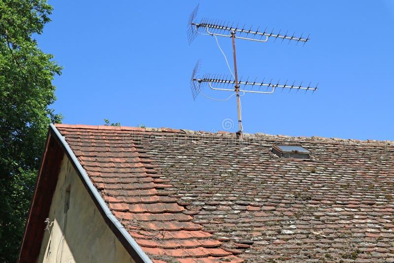 Telewizyjne anteny na dachu stary budynek zdjęcia royalty free