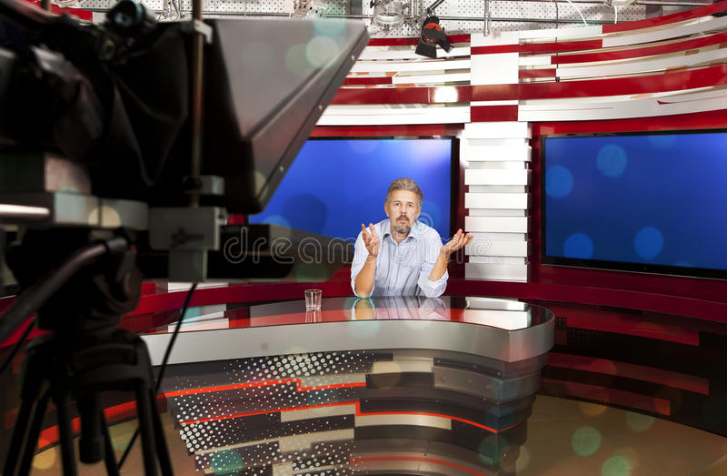 Telewizyjny prezenter telewizyjny przy studiiem zdjęcia royalty free