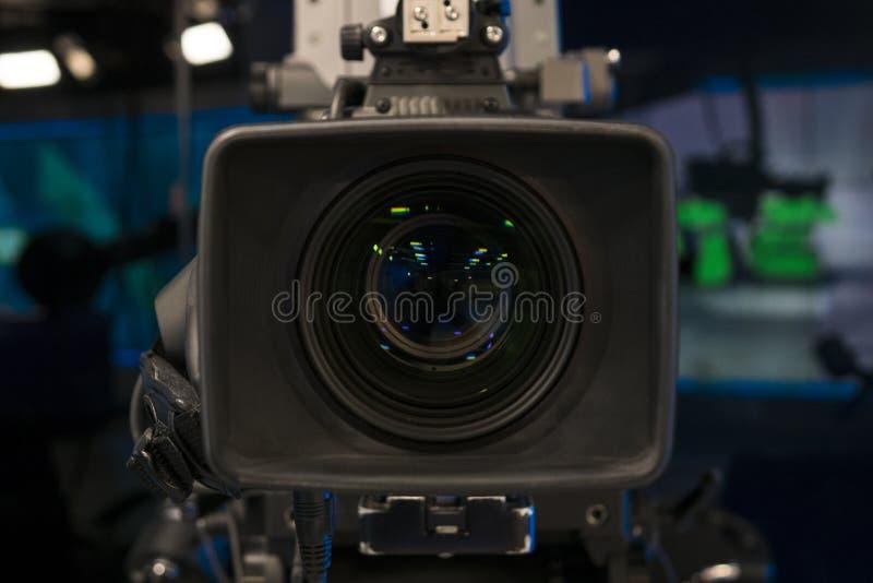 Telewizyjny studio z kamerą i światłami - nagrywać TV przedstawienie głębokość pola płytki zdjęcie stock
