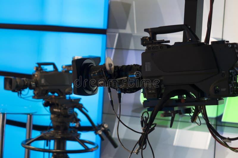 Telewizyjny studio z kamerą i światłami - nagrywać TV przedstawienie głębokość pola płytki fotografia stock