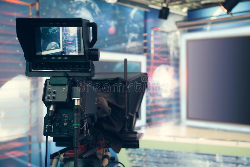 Telewizyjny studio z kamerą i światłami - nagrywać TV wiadomość obrazy royalty free