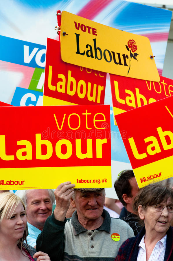 TELFORD, HET UK - 4 MEI: De menigten wachten op PM Gordon Brown royalty-vrije stock foto's