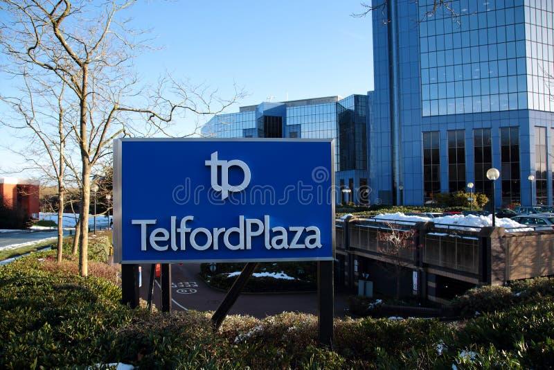 Telford plac podpisuje wewnątrz zimę z budynkami biurowymi w tle przy Telford Grodzkim Centre w Shropshire, Anglia obrazy stock