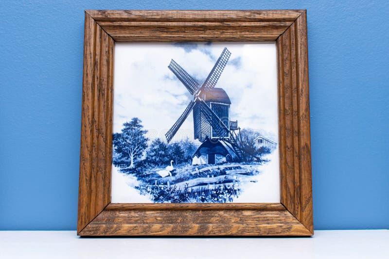 Telha azul da louça de Delft em um quadro, uma lembrança da Holanda/Países Baixos suspensão em uma parede que faz um moinho de ve fotografia de stock royalty free