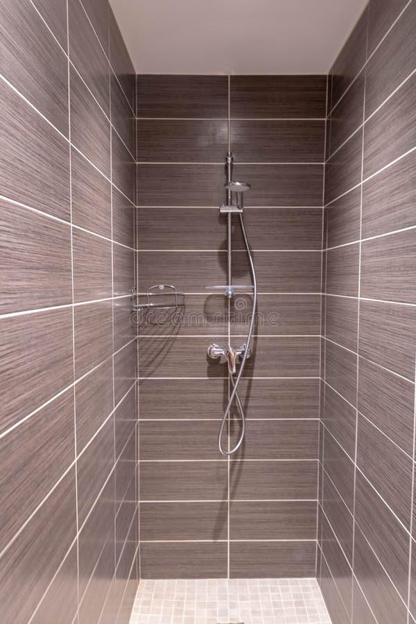 Telha de Brown para o banheiro moderno do chuveiro das pessoas sem marcação fotografia de stock
