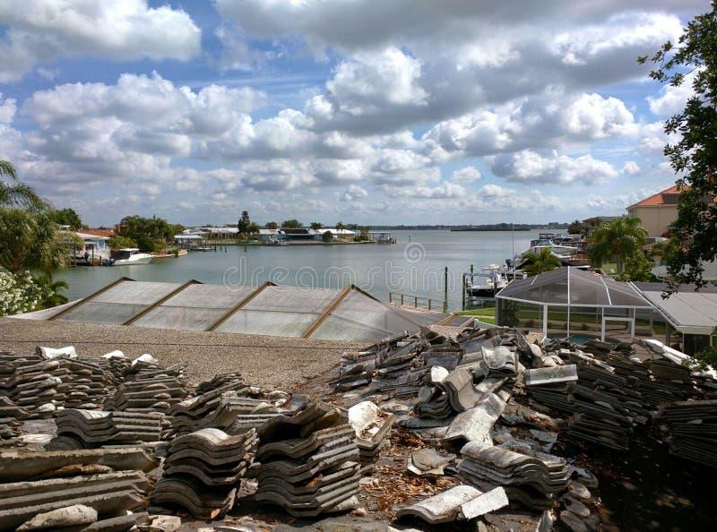 Telha de telhado cerâmica no telhado residencial em St Petersburg, Florida imagem de stock royalty free