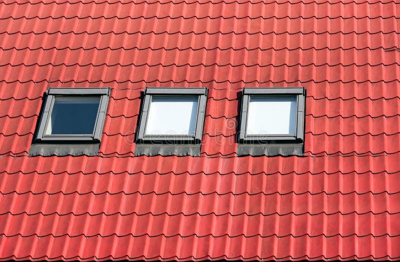Telha de telhado com claraboias imagens de stock