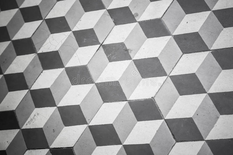 Telha preto e branco velha no assoalho, teste padrão cúbico fotos de stock royalty free