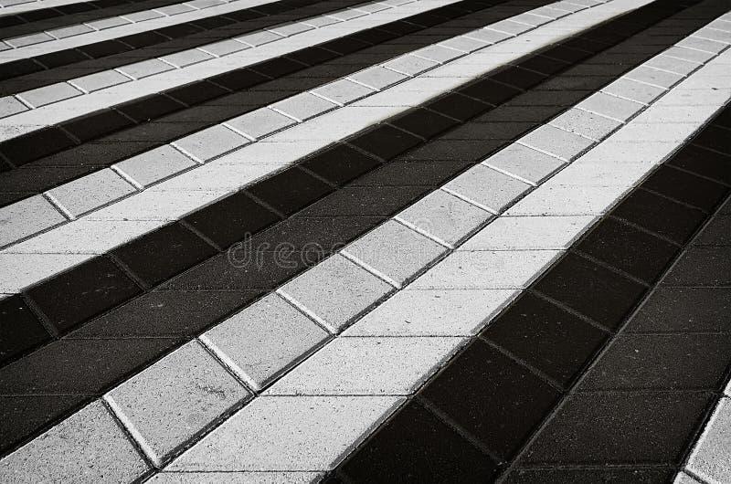 Telha quadriculado preto e branco na rua imagens de stock