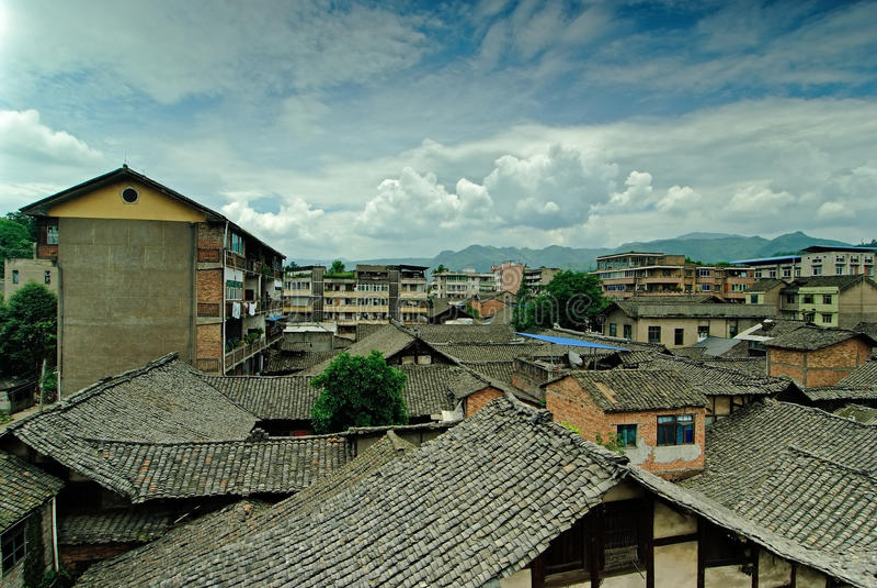 A telha tradicional telhou casas do tijolo fotos de stock
