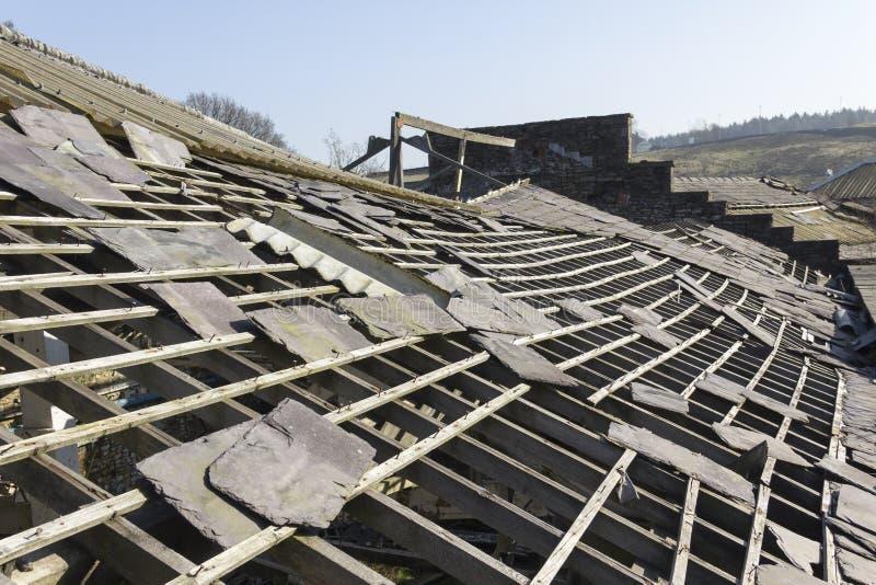 Telhado abandonado da fábrica da ardósia fotografia de stock