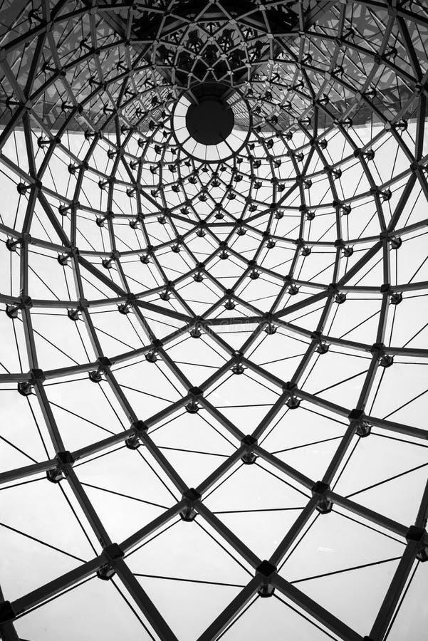 Telhado arquitetónico abstrato do vidro da viga de aço do redemoinho do fundo foto de stock royalty free