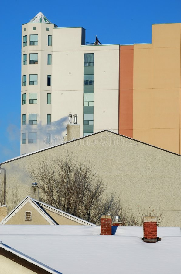 Telhado, chaminé e edifício no inverno imagem de stock