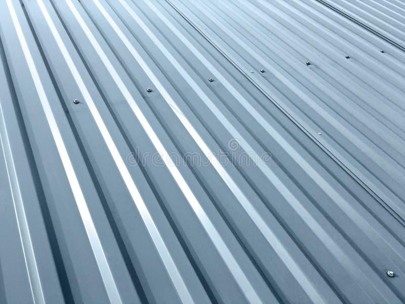 Telhado cinzento ondulado do metal com rebites fotos de stock