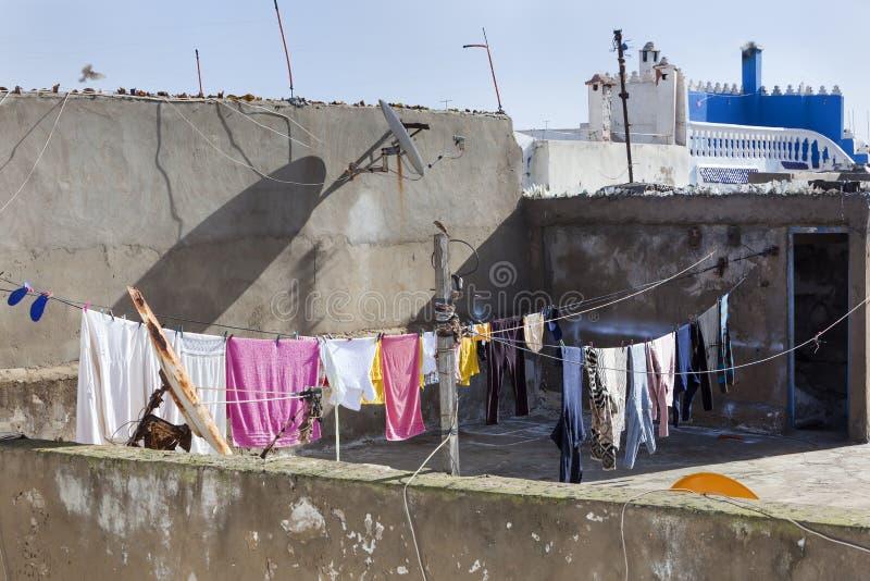 Telhado com linha de lavagem no medina de Essaouira imagens de stock