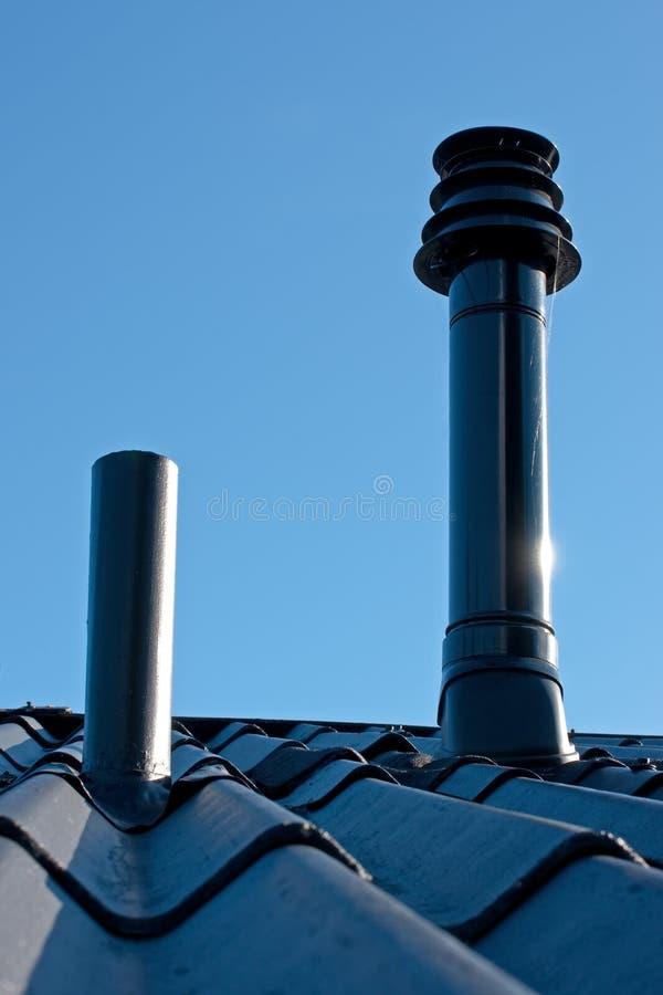Telhado com tubulação da ventilação e terminal do conduto imagem de stock royalty free
