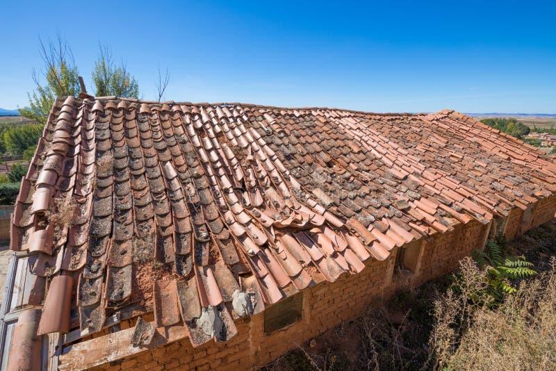 Telhado comprimido com telhas quebradas fotografia de stock