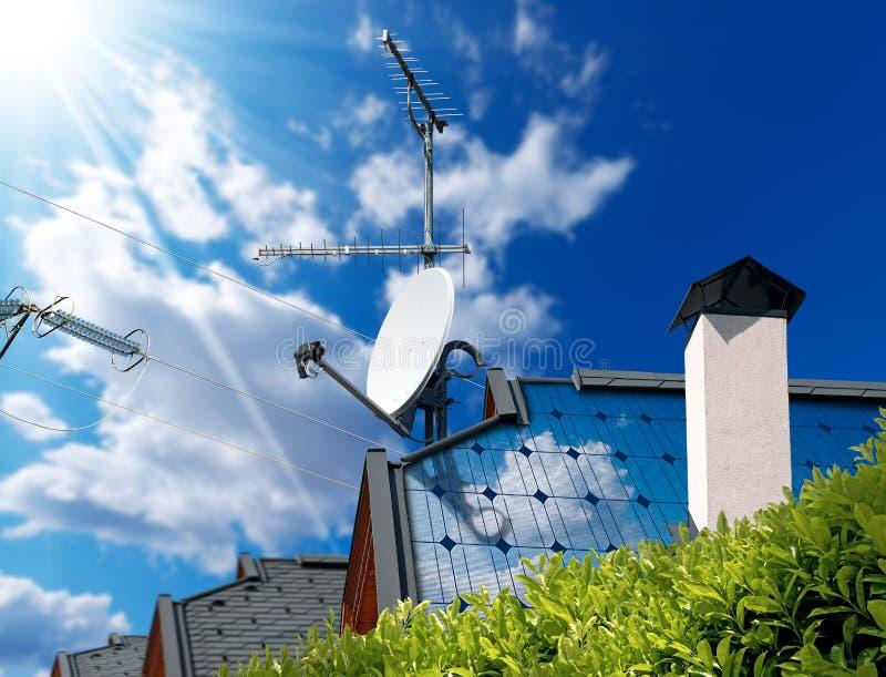 Telhado da casa com painéis solares e antenas imagem de stock