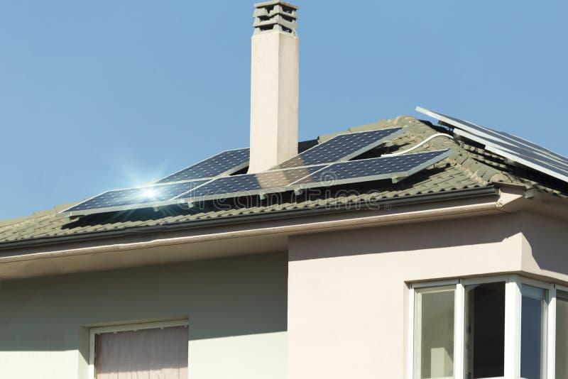 Telhado da casa de painéis solares de Photovotaic imagem de stock