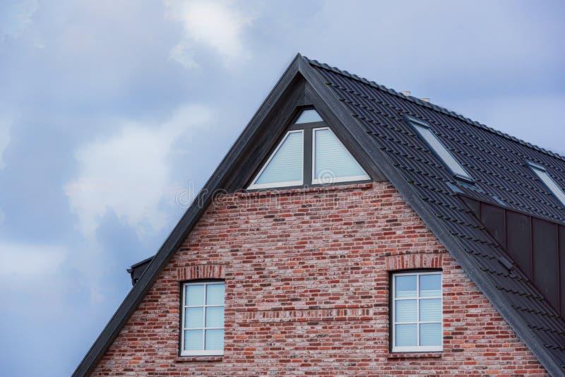 Telhado da casa do Frisian e parede do vermelho-tijolo imagens de stock