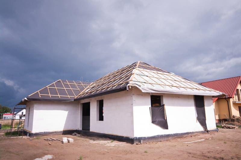 Telhado da casa sob a construção imagens de stock royalty free