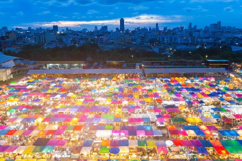 Telhado da cidade da noite da feira da ladra com crepúsculo fotografia de stock royalty free