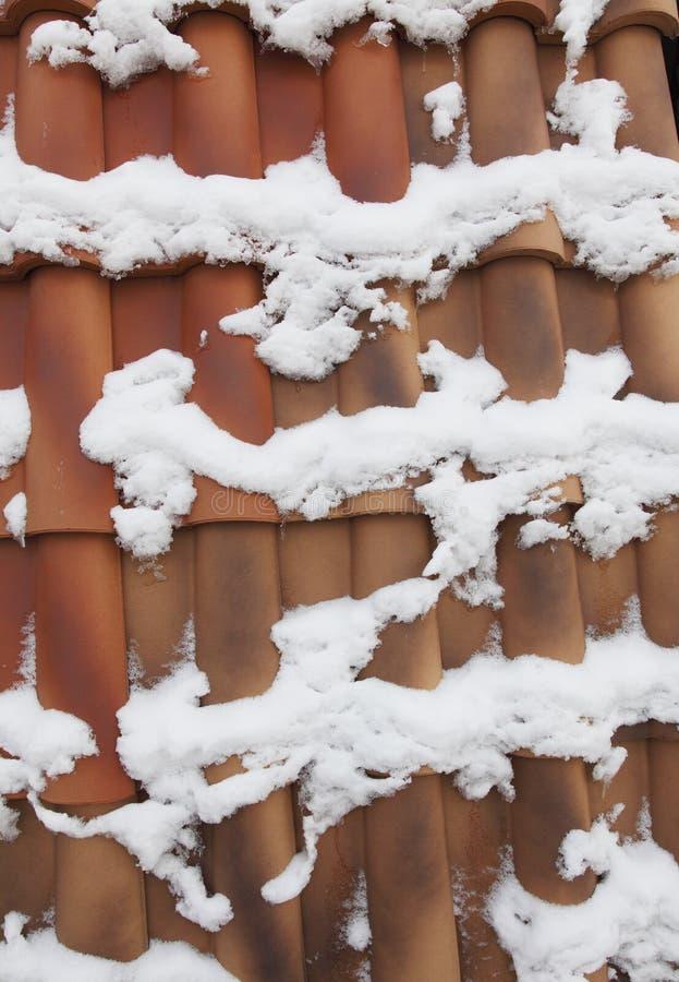 Download Telhado da cor vermelha imagem de stock. Imagem de neve - 26500811