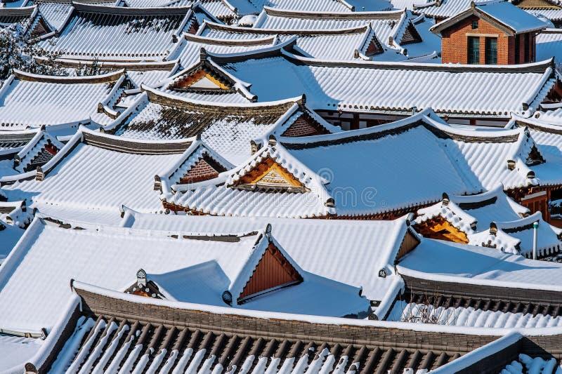 Telhado da vila coreana tradicional de Jeonju coberta com a neve, vila no inverno, Coreia de Jeonju Hanok fotos de stock royalty free