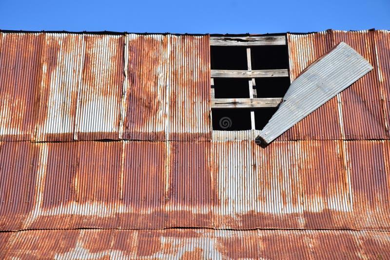 Telhado danificado velho do celeiro foto de stock