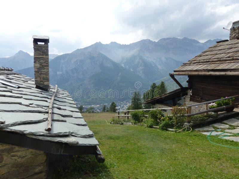 Telhado de ardósia característico de uma casa antiga em Val di Suza em Itália imagens de stock