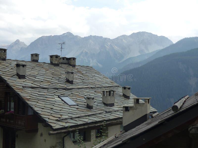 Telhado de ardósia característico de uma casa em Val di Suza em Itália fotografia de stock royalty free
