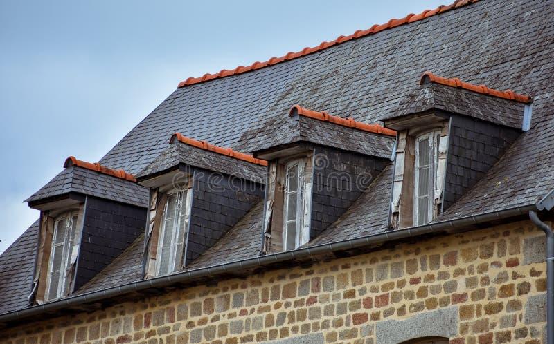 Telhado de ardósia e janelas de trapeira em casas típicas de Brittany francês imagem de stock
