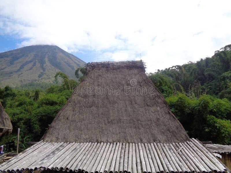 Telhado de Bena Bajawa Straw House tradicional imagem de stock