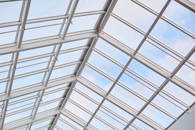 Telhado de builduing moderno Teto de vidro fotografado do interior Centro comercial Arquitetura do contemporâneo do vintage Image imagens de stock royalty free