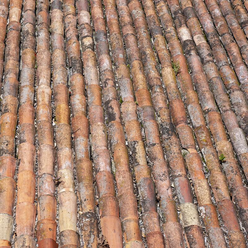 Telhado de ladrilhos vermelhos e granulados fotografia de stock