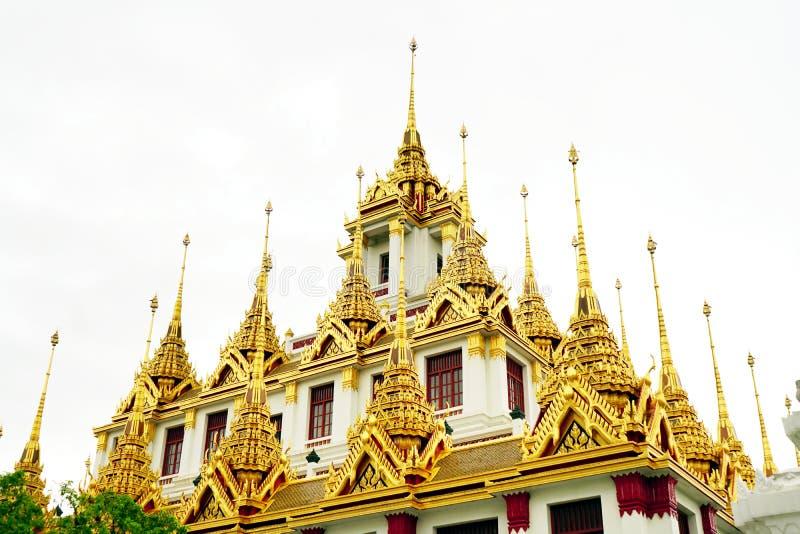Telhado de Loha Prasat no templo de Wat Ratchanatdaram foto de stock royalty free
