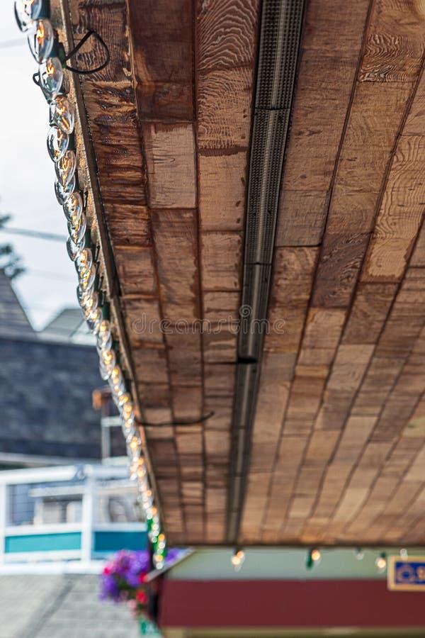 Telhado de madeira com luzes decoradas em pequena cidade fotos de stock royalty free