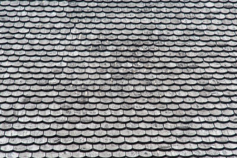 Telhado de madeira velho com fundo da textura do teste padrão do floco fotografia de stock royalty free