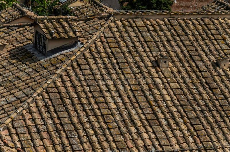 Telhado de telha antigo na casa fotografia de stock royalty free