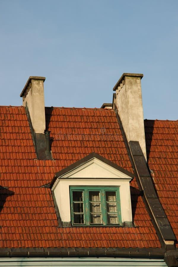 Janela velha em um telhado de telha fotos de stock royalty free