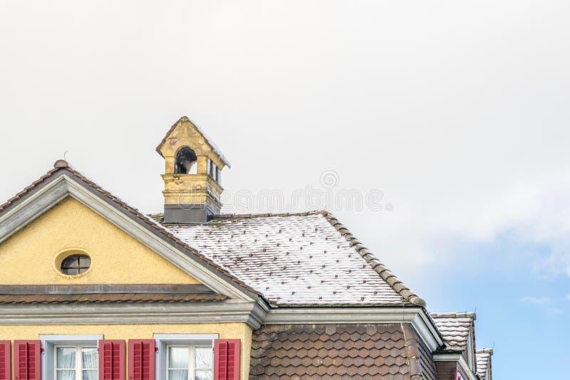 Telhado de telha exterior da casa da casa do tijolo imagens de stock royalty free