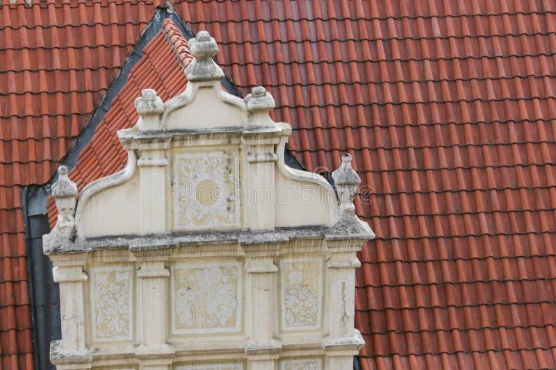 Telhado de telha velho com fachada imagens de stock