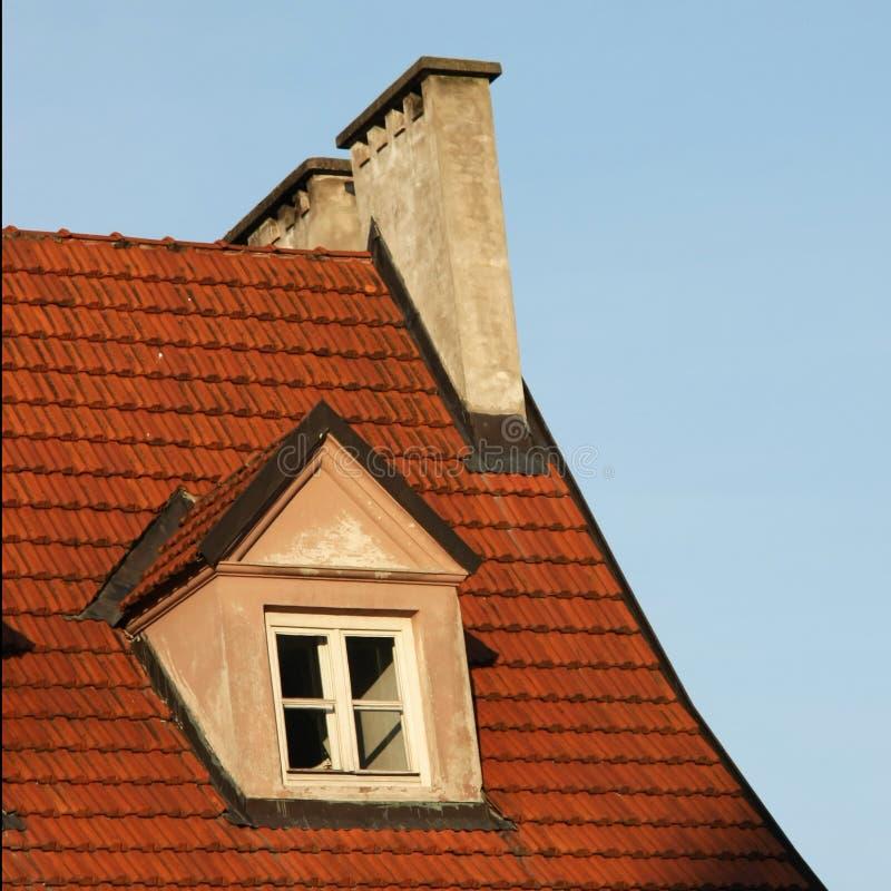 Janela de Dormer em um telhado de telha imagem de stock royalty free