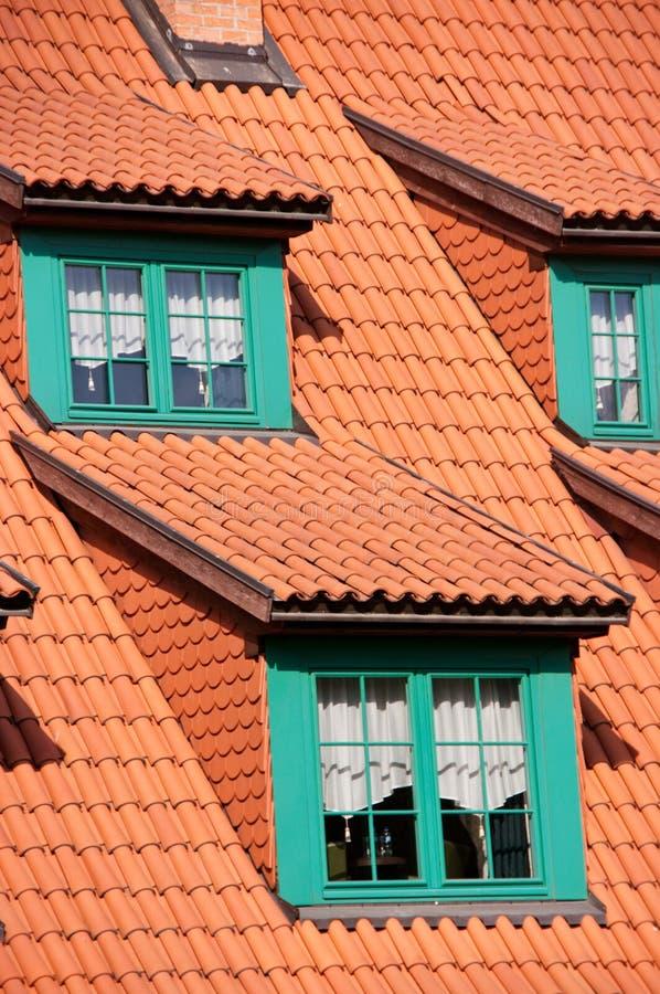 Telhado de telha vermelha verde dos frontões fotos de stock royalty free