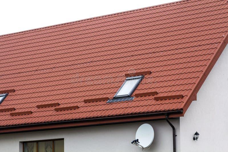 Telhado de uma casa nova feita das telhas de telhado vermelhas fotos de stock royalty free