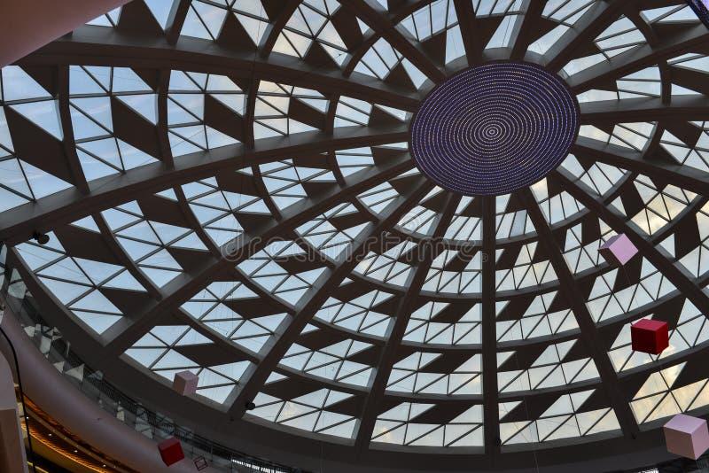 Telhado de vidro da construção comercial moderna com luz conduzida fotos de stock royalty free