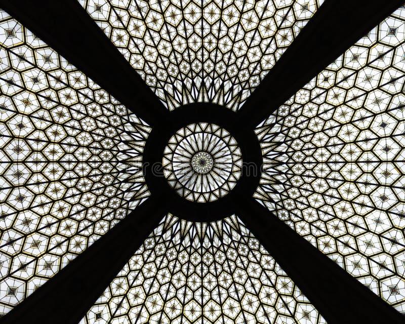 Telhado de vidro da estação de correios velha em Barcelona imagens de stock
